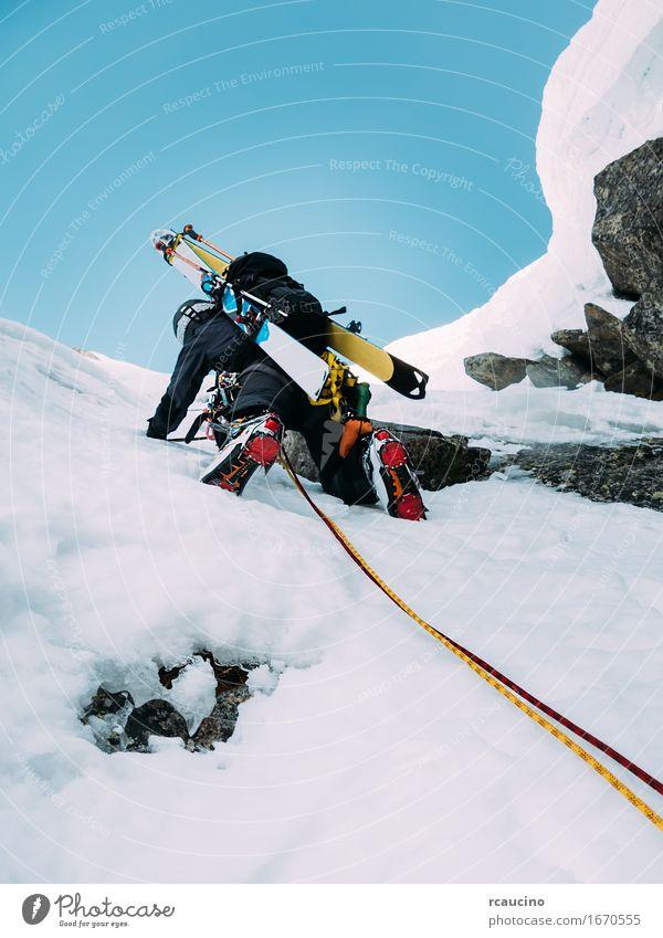 Mensch Natur Ferien & Urlaub & Reisen Mann Landschaft Einsamkeit Freude Winter schwarz Berge u. Gebirge Erwachsene kalt Sport Schnee Felsen Kraft