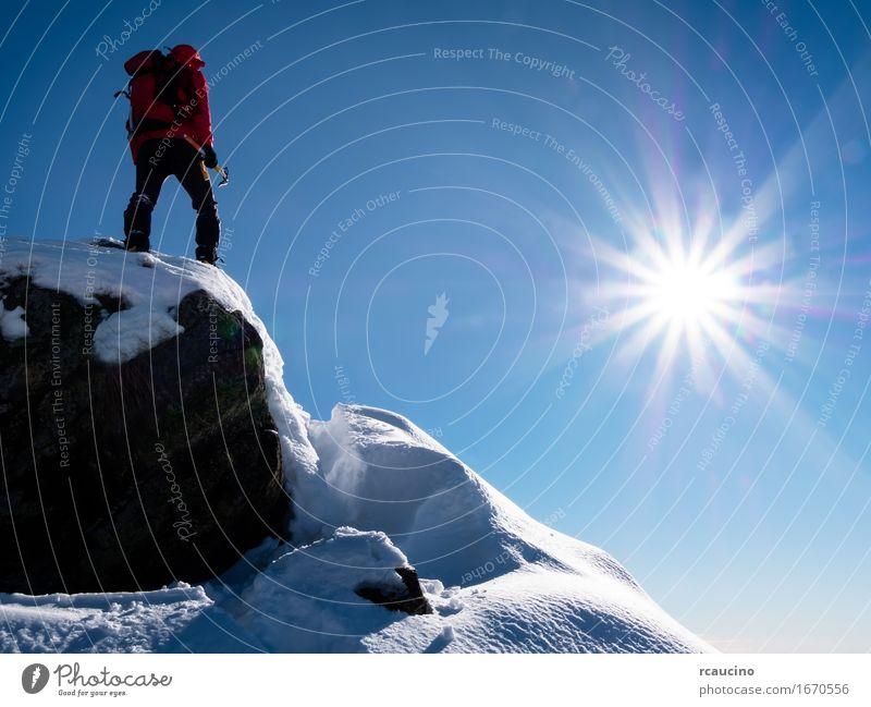 Mountaineer feiert die Eroberung des Gipfels. Freude Ferien & Urlaub & Reisen Abenteuer Freiheit Expedition Sonne Winter Berge u. Gebirge Sport Klettern