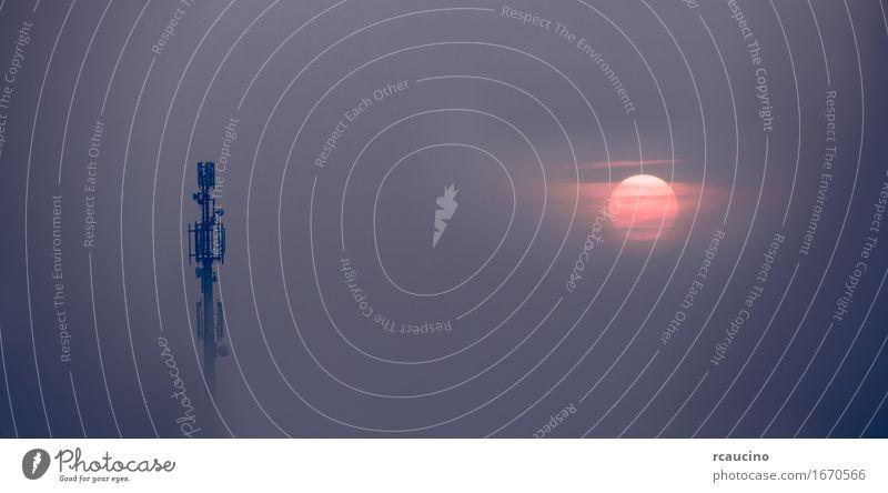 Handy-Antennen-Turm taucht aus dem Nebel auf Himmel Sonne Gebäude Business Kommunizieren Technik & Technologie Telekommunikation Industrie Telefon Internet