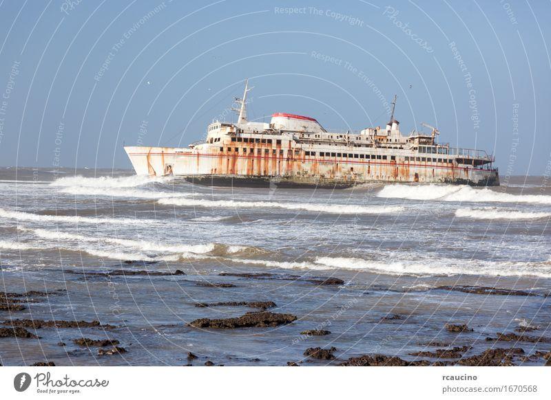 Fähre gestrandet am Ufer in Tarfaya, Marokko Strand Meer Wellen Küste Verkehr Wasserfahrzeug Metall Rost alt Schiffbruch Verlassen Schiffswrack Gefäße Unfall
