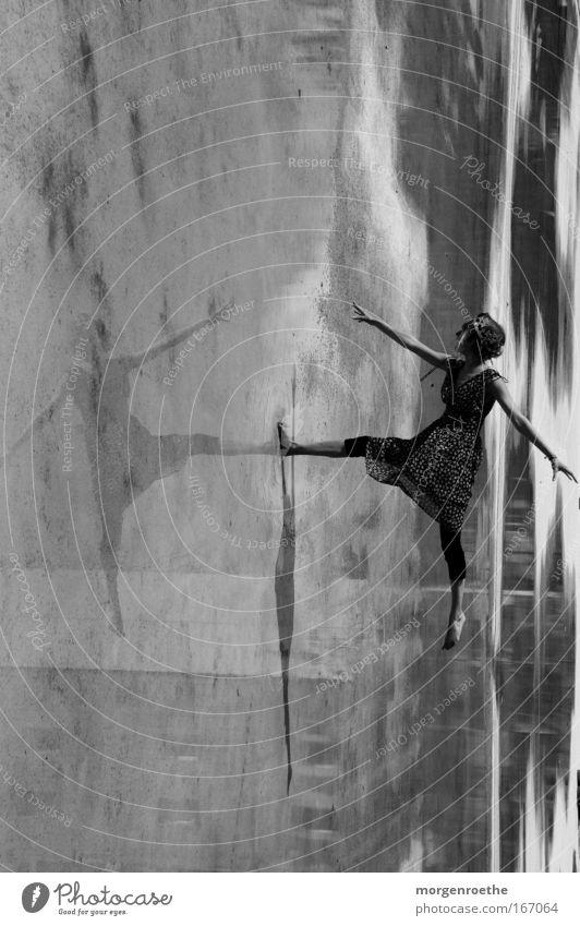 Ballett par excellence Frau Mensch Wasser Einsamkeit Bewegung Tanzen Tänzer Kleid Schwarzweißfoto Balletttänzer