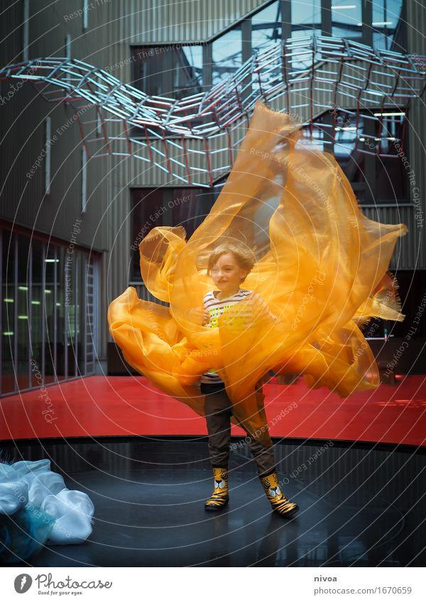 Air Fountain Mensch Kind Architektur Junge Gebäude Kunst maskulin Körper blond Kindheit Tanzen Lebensfreude Abenteuer Sehenswürdigkeit Wissenschaften Jeanshose