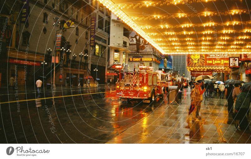 Feuerwehr in NY nass Fußgänger Feuerwehr New York City schlechtes Wetter Straßenverkehr Alarm Einsatz Brandschutz Stadtlicht