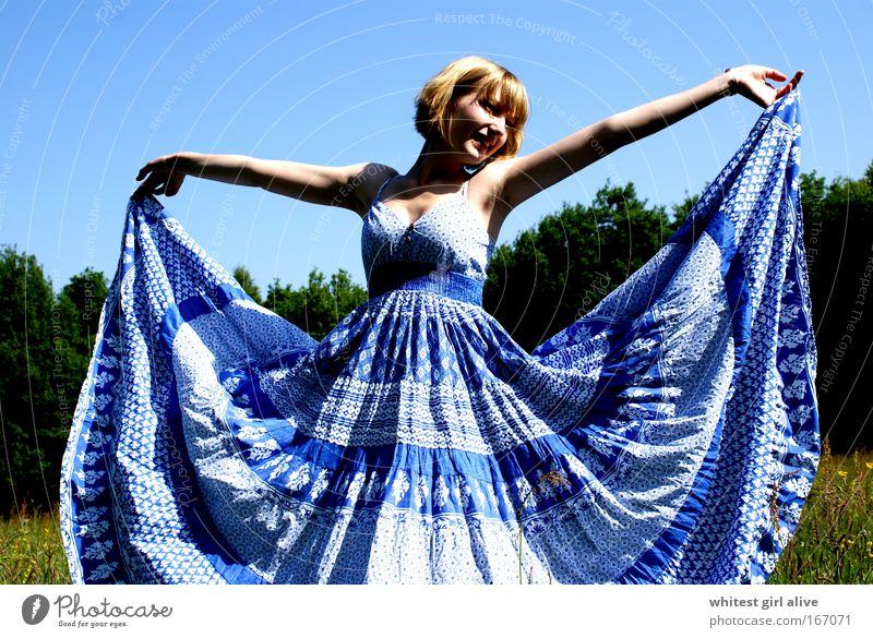 kleider machen leute. Mensch Jugendliche blau Glück elegant Fröhlichkeit stehen Lächeln trendy Junge Frau