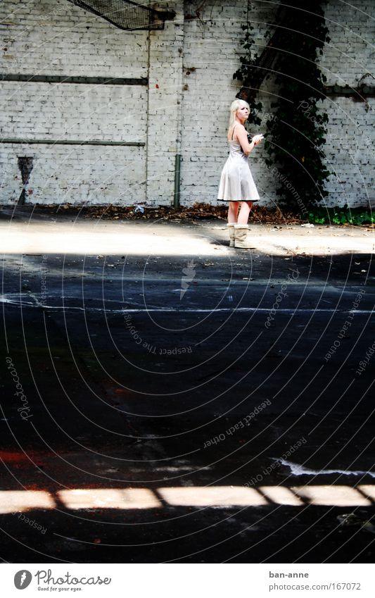 hell-dunkel-hell-dunkel Mensch Jugendliche Erwachsene feminin Wand blond stehen leuchten Kleid Fabrik 18-30 Jahre Stiefel Surrealismus Junge Frau Efeu Schuhe