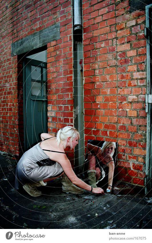 Spieglein, Spieglein Mensch Jugendliche Hand rot schwarz Erwachsene feminin dunkel Wand Stein Mauer Tür blond Kleid Fabrik 18-30 Jahre