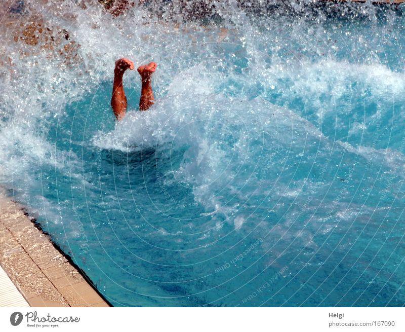abgetaucht.... Mensch Mann Wasser weiß blau Sommer Freude Leben Bewegung Fuß Wärme Beine Gesundheit Erwachsene maskulin