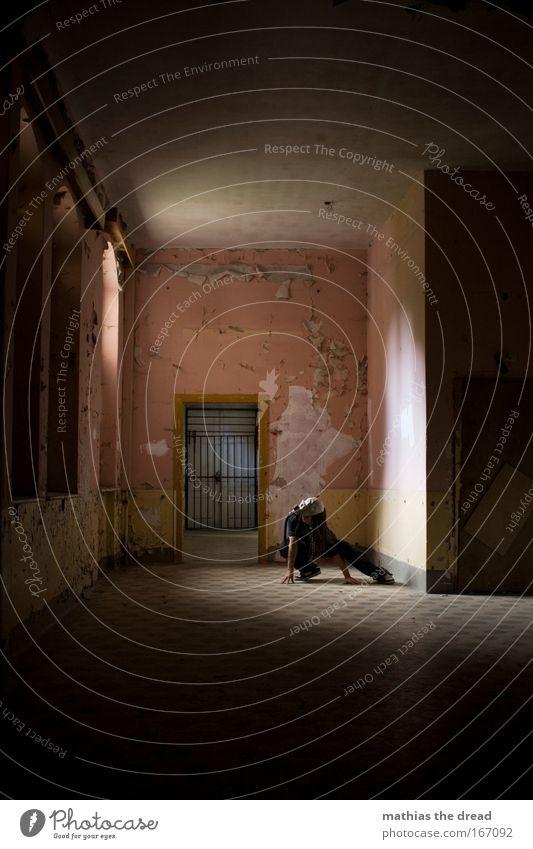 PRETTY IN PINK Mensch Einsamkeit Erwachsene Fenster Wand Architektur Mauer Linie Tür rosa Haut warten maskulin Hoffnung 18-30 Jahre Fliesen u. Kacheln