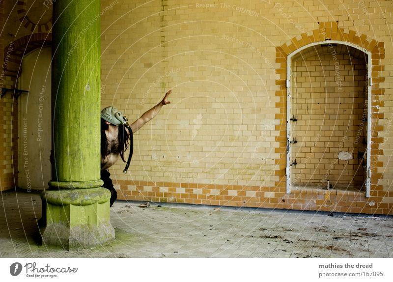 GRIFF NACH DEN STERNEN Mensch alt Einsamkeit Erwachsene Wand Architektur Traurigkeit Mauer Angst Arme Haut maskulin gefährlich Fabrik 18-30 Jahre Sehnsucht