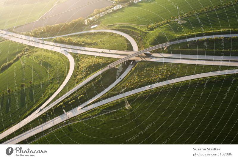 Verkehrsknoten Mensch Natur Ferne Straße Wiese Freiheit Wärme Feld Luftaufnahme Ausflug Platz Brücke Wege & Pfade Autobahn Schönes Wetter