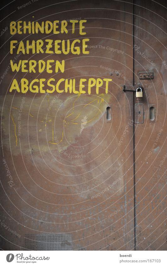 gLeichberechtigung alt gelb dunkel Metall braun Tür Schilder & Markierungen Schriftzeichen Hinweisschild Zeichen Tor Stahl Rost dumm Autofahren Schloss