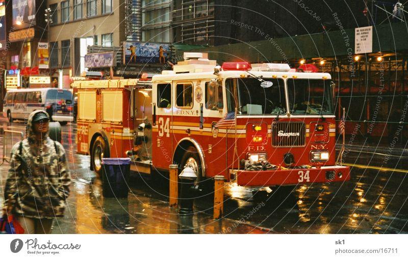 Feuerwehrauto New York Regen nass fahren Feuerwehr New York City schlechtes Wetter Feuerwehrauto Straßenverkehr Alarm Einsatz Warnleuchte