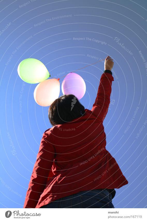 ° Luftballons ° Farbfoto Außenaufnahme Rückansicht Mensch 1 mehrfarbig Gefühle Stimmung Freude fliegen lassen loslassen Freiheit Sommer Frühling Himmel blau rot
