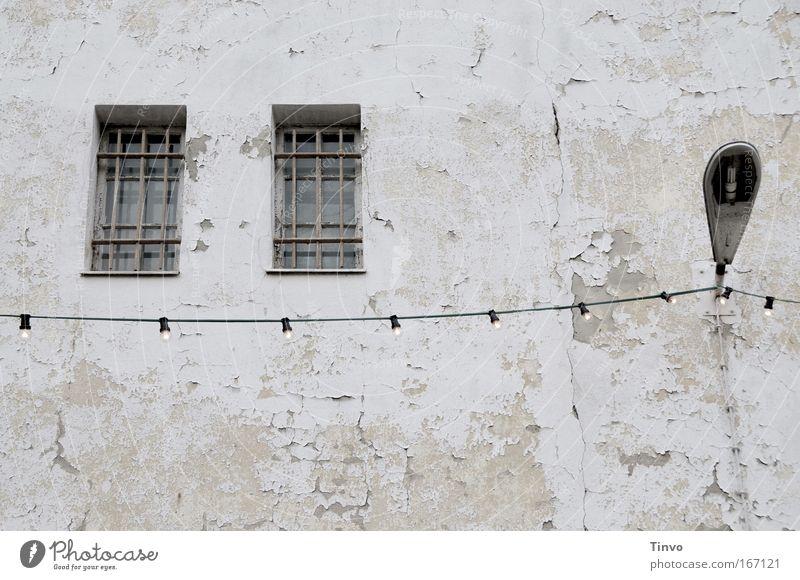 Dienstvilla alt Haus Fenster Wand Gebäude Mauer Beleuchtung Fassade Energiewirtschaft kaputt trist verfallen Laterne Verfall Ruine Glühbirne