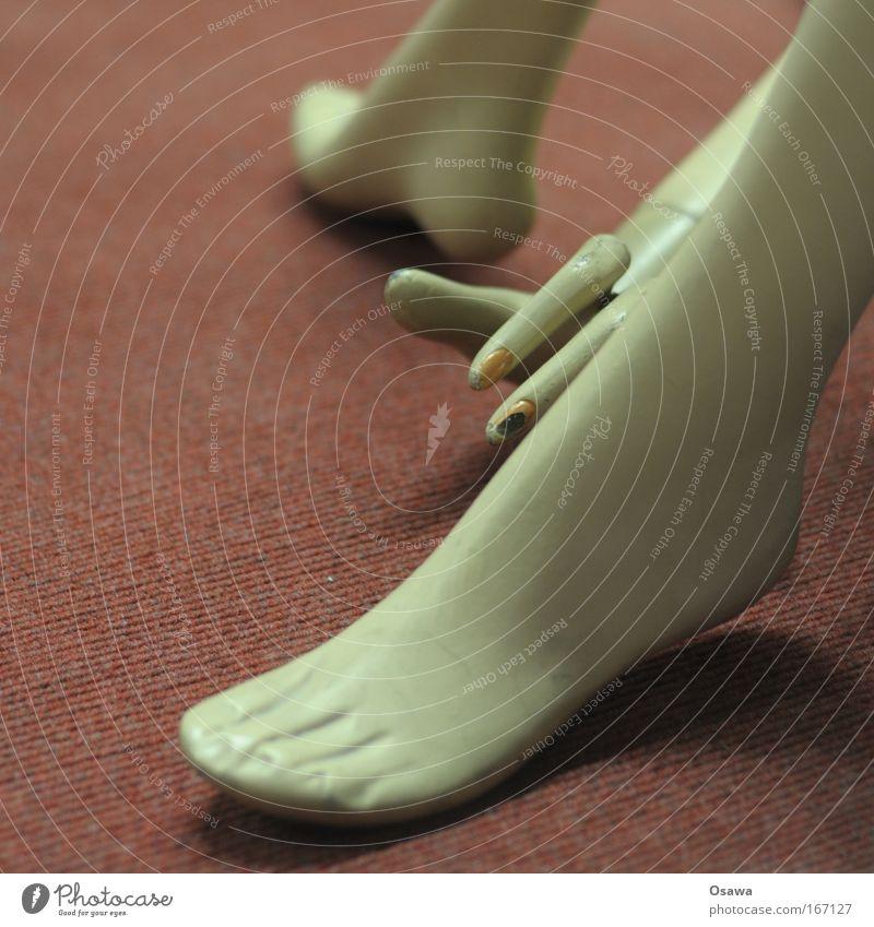 Nadelfilzakrobatik Frau Mensch alt Hand Erwachsene feminin Beine Fuß Finger Kitsch trashig Puppe Teppich Fingernagel eitel Akrobatik