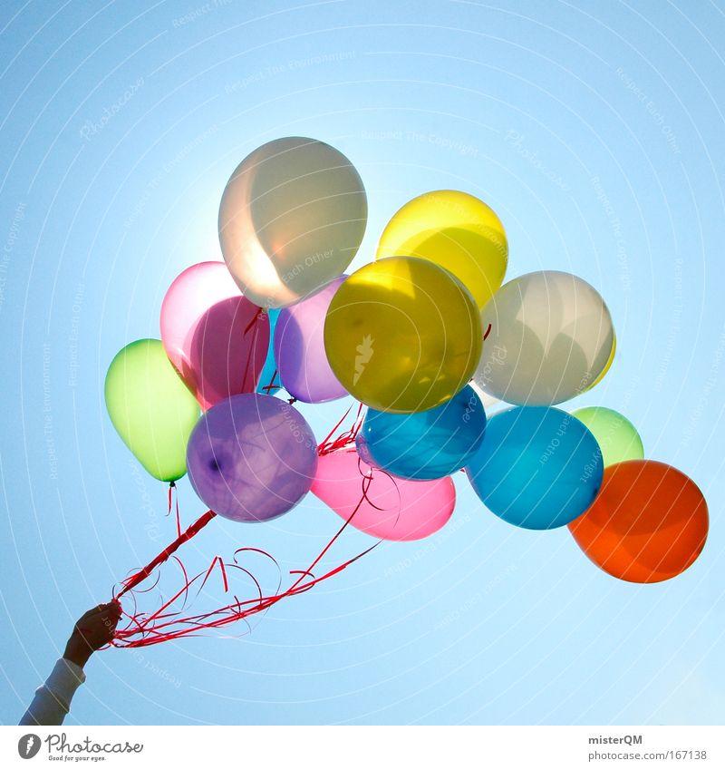 Auf ihrem Weg zum Horizont. Hand Himmel blau Freude Party Freiheit Veranstaltung hell Verpackung abstrakt Feste & Feiern fliegen frisch Hoffnung ästhetisch