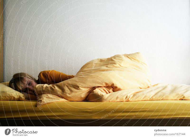 Müde Frau Mensch Jugendliche schön ruhig Erwachsene Erholung gelb Leben Freiheit Gefühle Traurigkeit träumen Zeit schlafen Bett