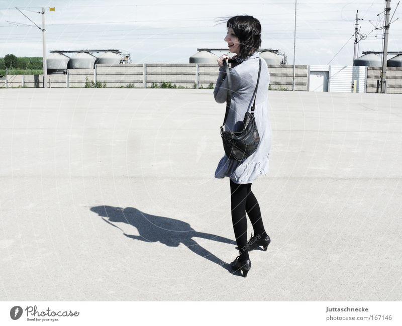Lady in Grey Frau Jugendliche Sonne Freude lachen grau Beton Fröhlichkeit Platz stehen Kleid Tasche Optimismus Junge Frau Minikleid