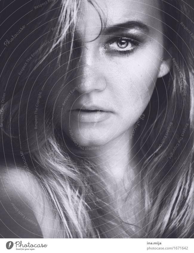 _ Frauengesicht Porträt hübsch attraktiv grau echte Menschen reales Leben Gesicht schöne Frau gutaussehend jugendlich Model feminin Schönheit Beautyfotografie