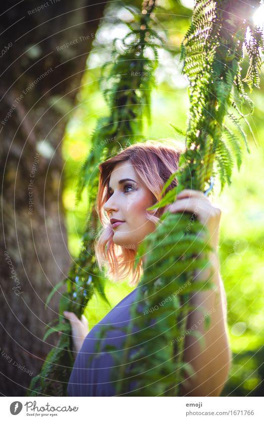 spring feminin Junge Frau Jugendliche 1 Mensch 18-30 Jahre Erwachsene Natur Schönes Wetter schön natürlich grün Farbfoto mehrfarbig Außenaufnahme Tag