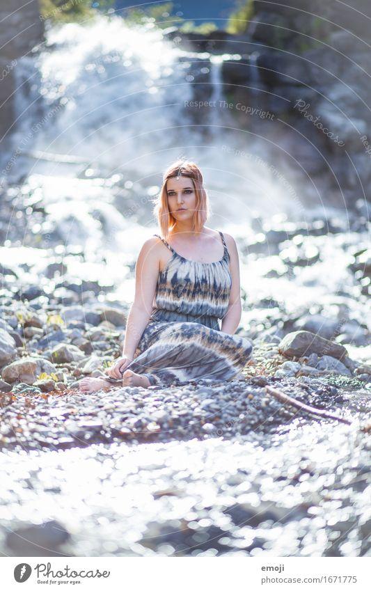Wasser. Steine. feminin Junge Frau Jugendliche 1 Mensch 18-30 Jahre Erwachsene Natur ästhetisch außergewöhnlich schön nass natürlich Bach Farbfoto Außenaufnahme