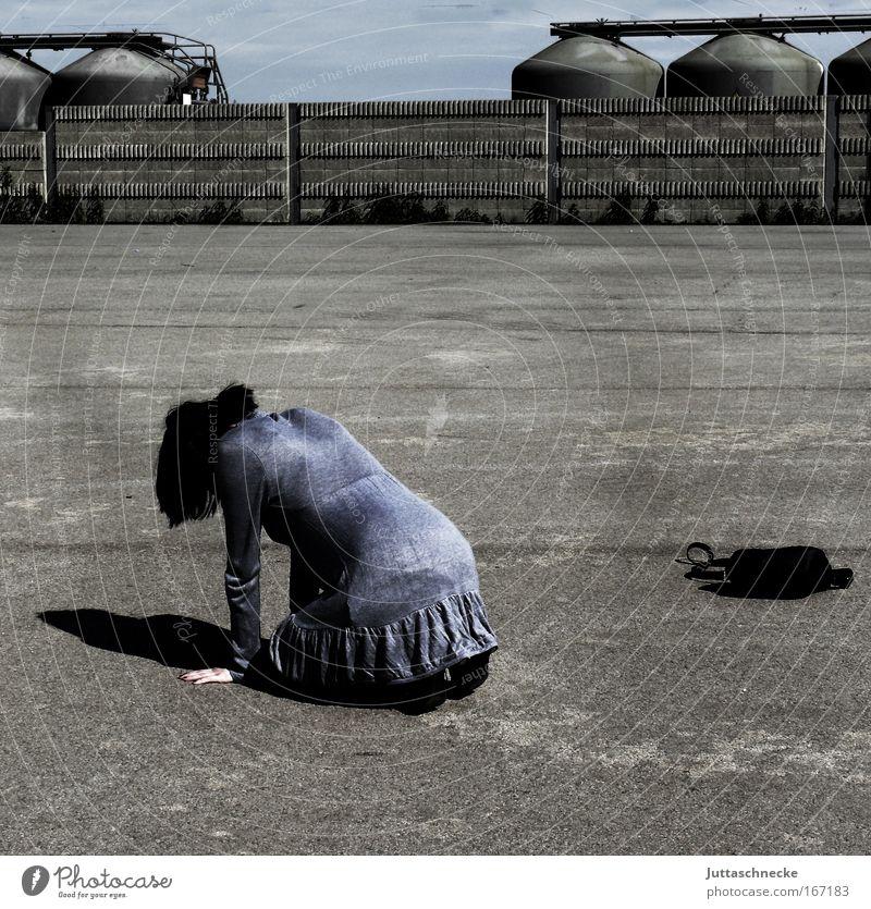 Aschenputtel Frau Junge Frau knien hocken Kleid Minikleid Rücken am Boden Suche verloren grau Beton Platz Tasche Handtasche Einsamkeit Traurigkeit Zusammenbruch