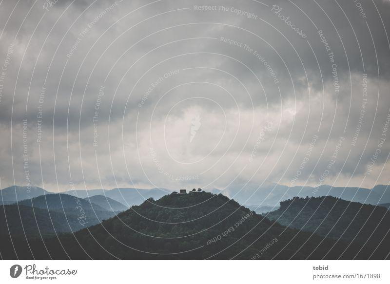 Klein und verloren Himmel Natur Pflanze Baum Landschaft Einsamkeit Wolken Ferne Wald Berge u. Gebirge kalt Horizont Wetter Nebel bedrohlich Hügel