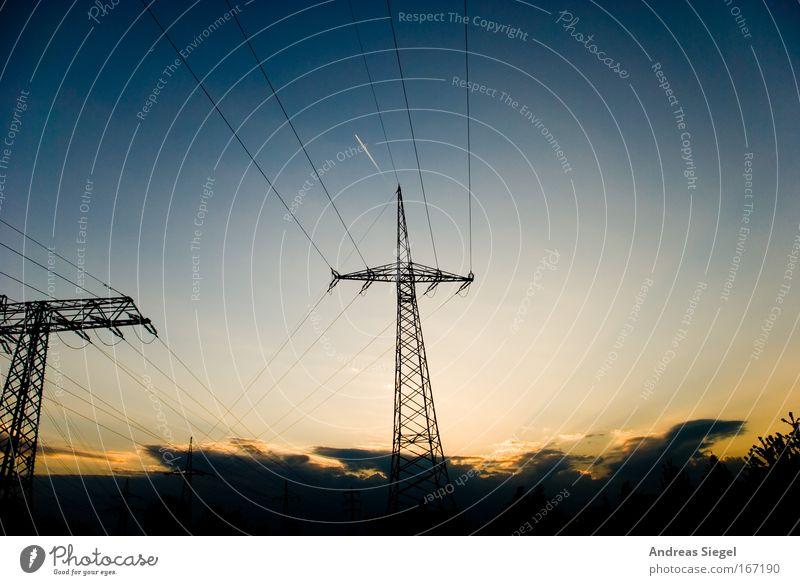Wolkenbild Farbfoto Außenaufnahme Menschenleer Abend Dämmerung Licht Kontrast Sonnenlicht Sonnenstrahlen Sonnenaufgang Sonnenuntergang Energiewirtschaft
