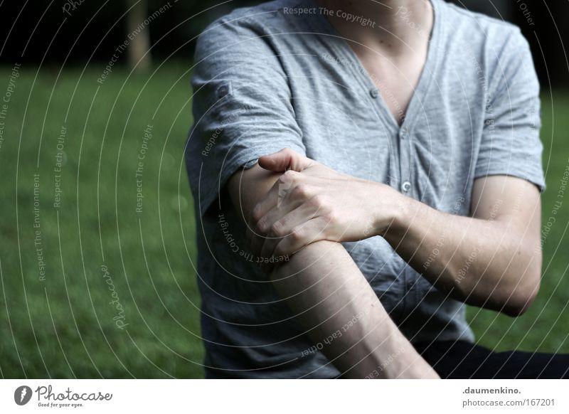 . Mensch Mann Hand Arme T-Shirt Haut Gefäße Blut Kraft Griff Schatten Rasen Park Wiese