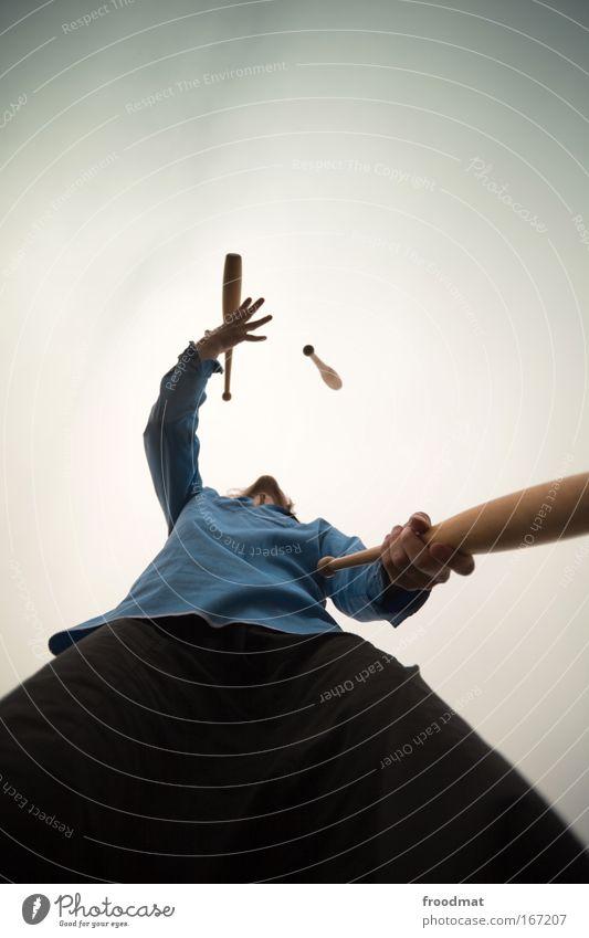 Kegelbahn Farbfoto Gedeckte Farben Außenaufnahme Textfreiraum oben Tag Dämmerung Weitwinkel Oberkörper Blick nach oben Freizeit & Hobby Spielen jonglieren