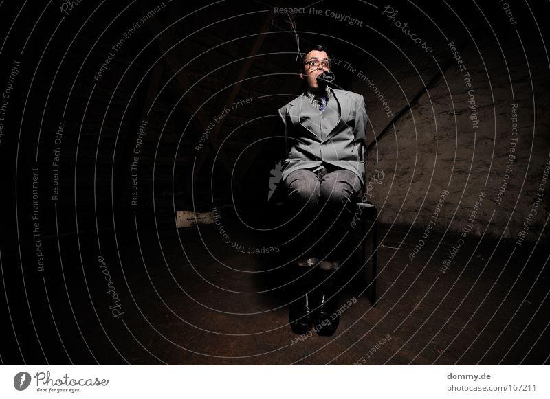 hostage Farbfoto Gedeckte Farben Innenaufnahme Textfreiraum links Kunstlicht Blitzlichtaufnahme Schatten Kontrast Low Key Totale Blick nach vorn Handel