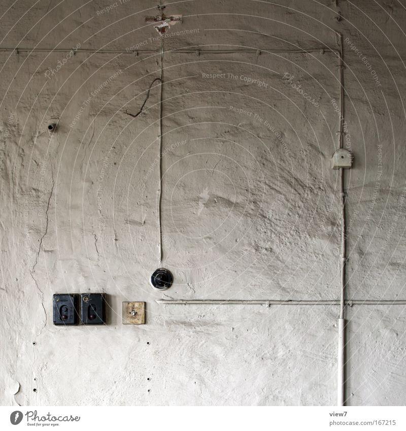 Prinzip Aufputzleitung alt weiß Haus Wand Mauer Stimmung Raum dreckig Industrie Sicherheit Energiewirtschaft Elektrizität Technik & Technologie Kabel kaputt authentisch