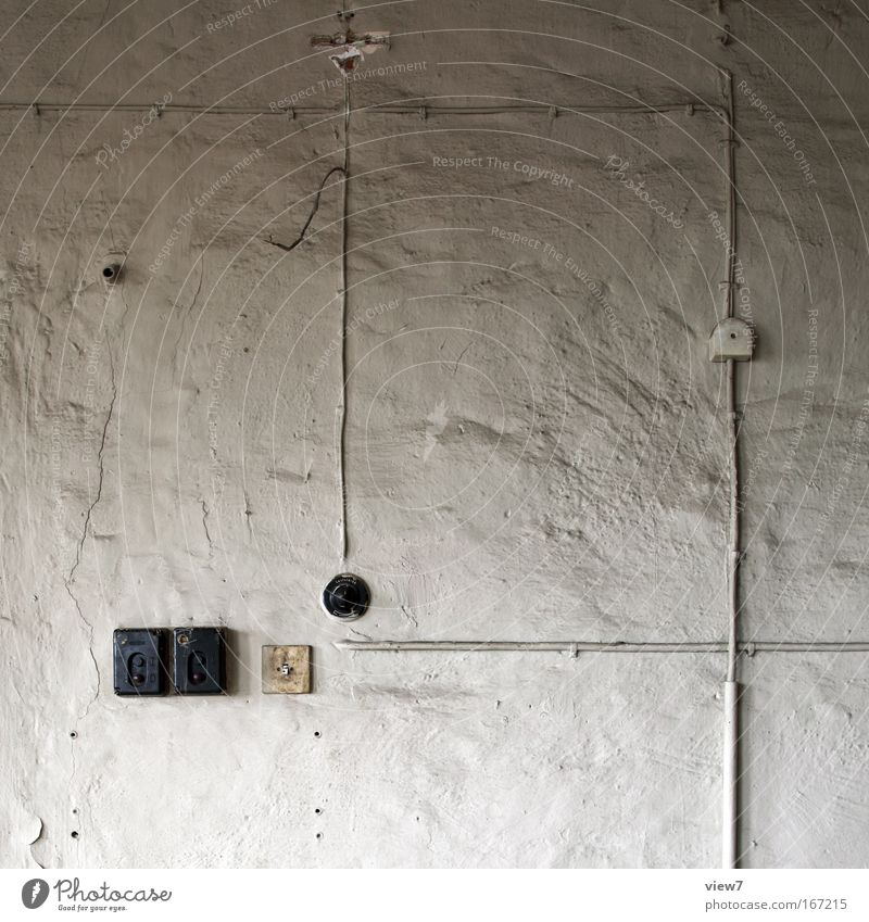 Prinzip Aufputzleitung alt weiß Haus Wand Mauer Stimmung Raum dreckig Industrie Sicherheit Energiewirtschaft Elektrizität Technik & Technologie Kabel kaputt