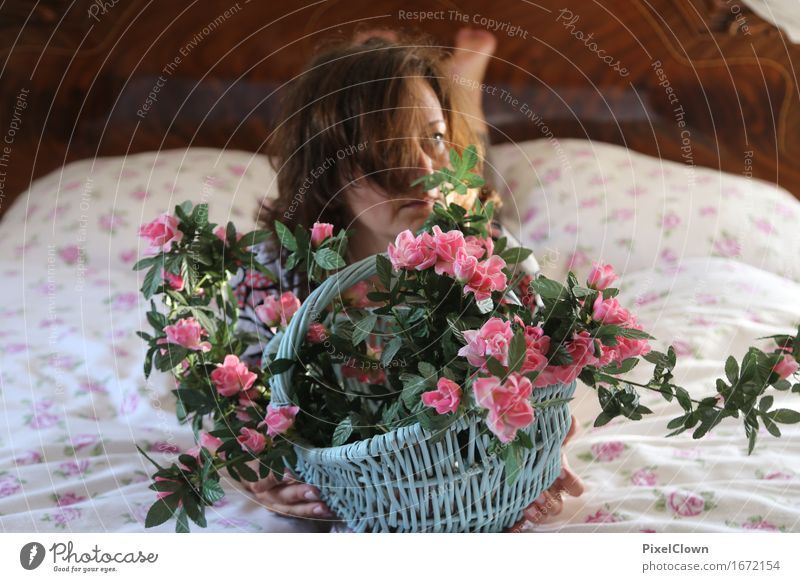 Blumenkind Lifestyle schön Körper Kosmetik Parfum harmonisch Wohlgefühl Zufriedenheit Häusliches Leben Wohnung Schlafzimmer feminin Frau Erwachsene 1 Mensch
