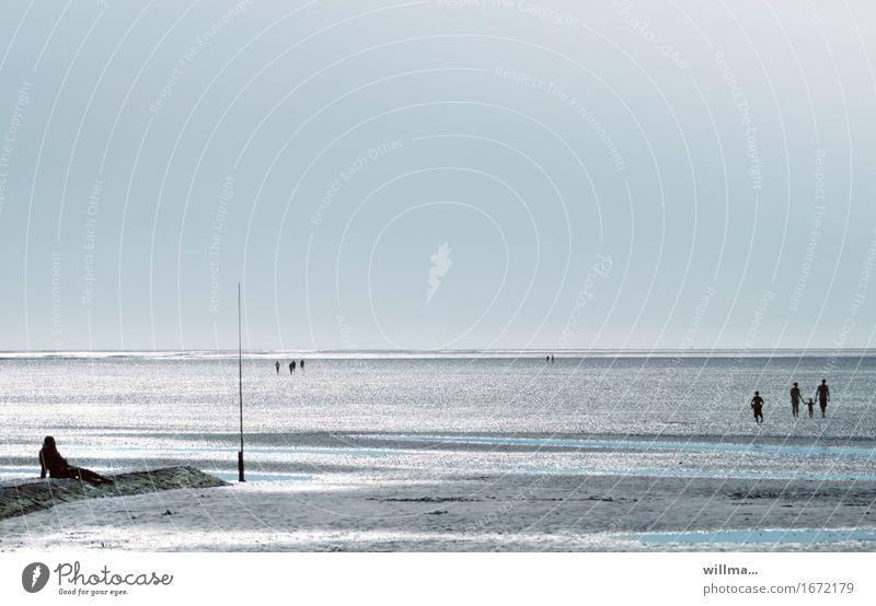Wattwanderer an der Nordsee Sommer Sommerurlaub Wattwandern Cuxhaven Wolkenloser Himmel Küste Strand Meer See Ebbe Nordseestrand Nordseeküste Wattenmeer