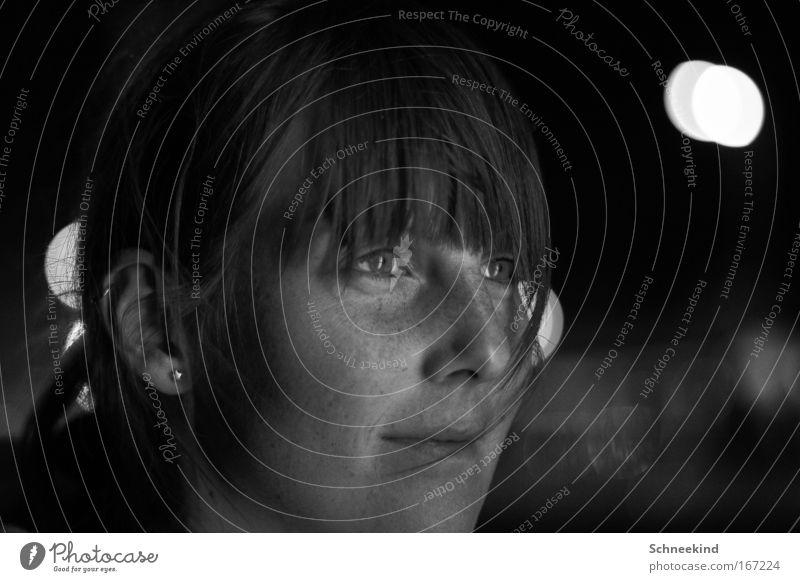 Dark Night Schwarzweißfoto Außenaufnahme Nacht Kunstlicht Schwache Tiefenschärfe Zentralperspektive Porträt Blick nach vorn Nachtleben feminin Junge Frau