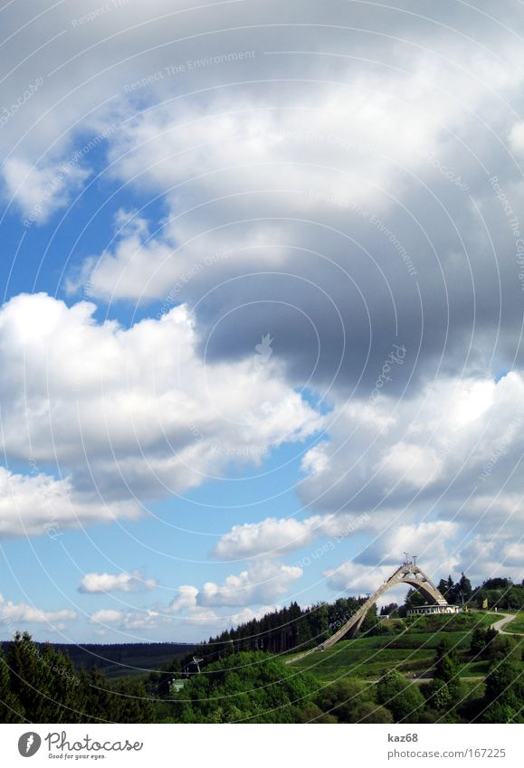 Winterberg Schanze Skier springen fliegen Luftverkehr Skierspitze Ferne hoch Wolken Himmel Abfahrtsrennen abwärts Mut Angst gefährlich Risiko Sport Sauerland