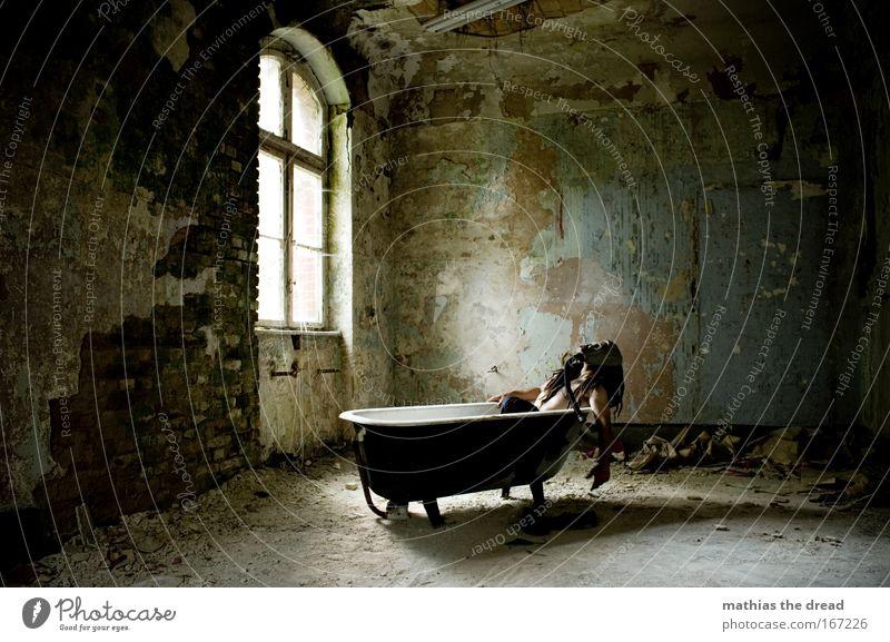 NA SAUBER Mensch Einsamkeit Tod Fenster Wand Haare & Frisuren Mauer Traurigkeit Angst dreckig Arme Haut groß maskulin außergewöhnlich gefährlich