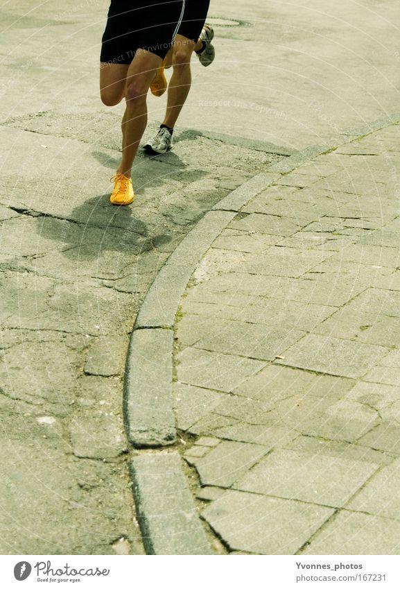 Im Gleichschritt gelb Straße Sport Bewegung Schuhe Beine Gesundheit laufen gold Erfolg rennen Geschwindigkeit Laufsport Freizeit & Hobby Team Fitness
