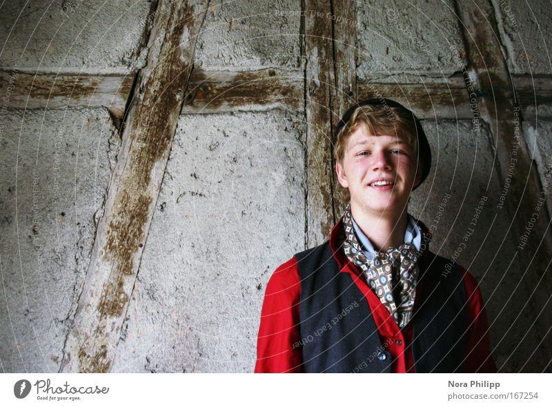 junger Bursche Mensch Jugendliche rot Gesicht schwarz Wand lachen grau Kopf Mauer blond maskulin frisch Mann Hemd
