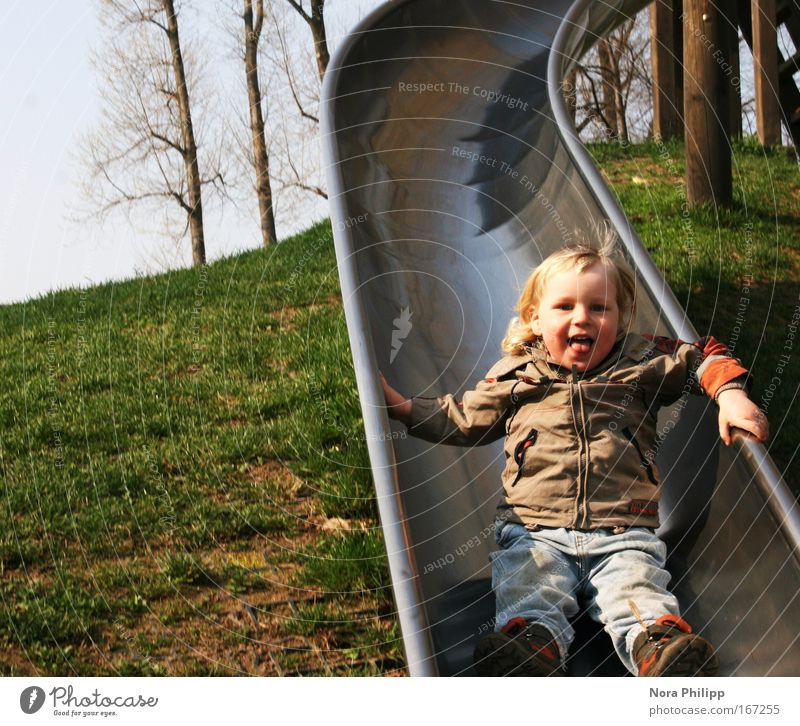 Ruuuuutschen Farbfoto Außenaufnahme Textfreiraum links Tag Zentralperspektive Blick in die Kamera Spielen Kinderspiel Kindergarten Mensch maskulin Kleinkind