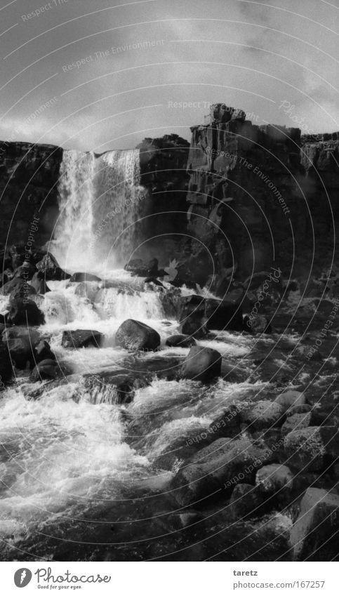 Mittendrin Ferien & Urlaub & Reisen Urelemente Wasser Felsen Wasserfall nass wild Island Thingvellir Weltkulturerbe Schwarzweißfoto Außenaufnahme Menschenleer