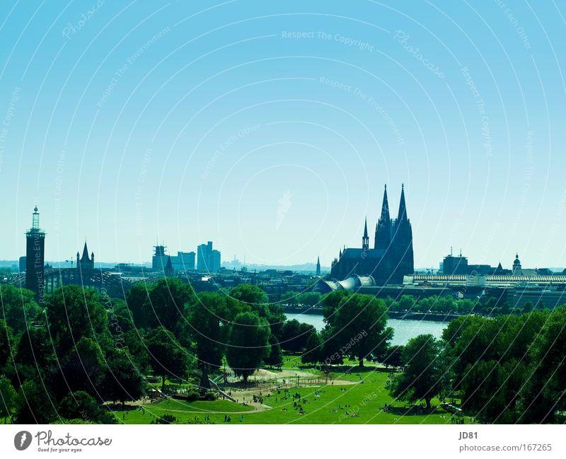 Köln versinkt im Blau Farbfoto mehrfarbig Außenaufnahme Textfreiraum oben Tag Vogelperspektive Landschaft Schönes Wetter Park Stadtrand bevölkert Bauwerk