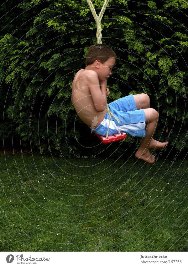 Drahdiwaberl Kind grün Sommer Freude Junge Wiese Spielen Gras Garten lustig stoppen Spielzeug festhalten drehen Schaukel Shorts