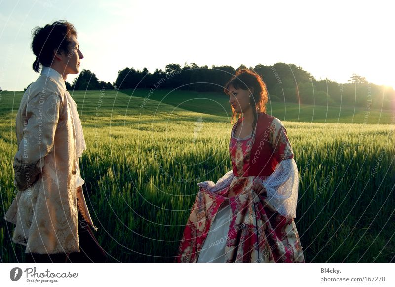 Der Monarch Mensch Himmel Jugendliche Sonne Ferne Landschaft Wiese feminin Gras Junge Frau Feld Junger Mann elegant maskulin stehen Kleid