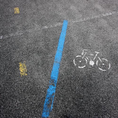 Radl Verkehr Straßenverkehr Fahrradfahren Wege & Pfade Parkplatz Zeichen Schilder & Markierungen Verkehrszeichen Linie Ferne Sicherheit Güterverkehr & Logistik
