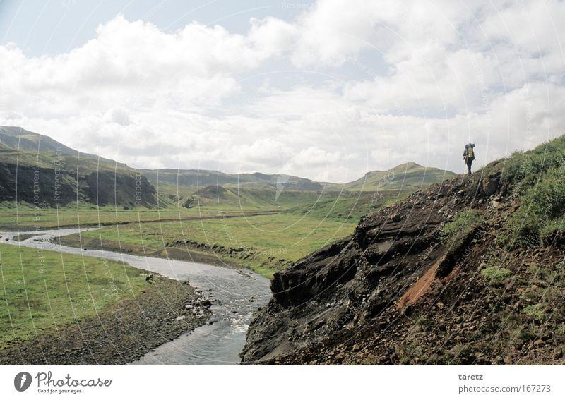 Einsamer Wanderer Abenteuer Ferne Freiheit 1 Mensch Natur Landschaft Hügel Berge u. Gebirge Tal Fluss entdecken gehen wandern Unendlichkeit einzigartig