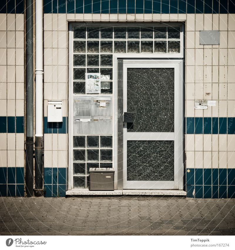[PC-Usertreff Ffm]: Main Door Gedeckte Farben Menschenleer Zentralperspektive Stadtrand Haus Einfamilienhaus Gebäude Mauer Wand Fassade Tür Briefkasten trist