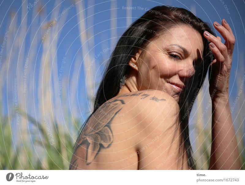 . Mensch schön Erholung ruhig Strand Leben Gefühle feminin Zeit Zufriedenheit warten Lächeln Lebensfreude beobachten Schönes Wetter Gelassenheit