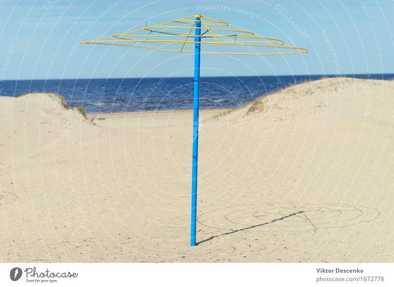 Blauer Rahmen mit gelbem oberstem Eisenregenschirm in den Dünen Erholung Ferien & Urlaub & Reisen Tourismus Sommer Sonne Strand Meer Insel Natur Landschaft Sand